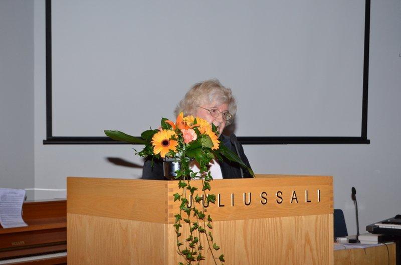 LAKEn puheenjohtaja Anneli Dahlberg-Lahtinen toivottaa juhlaväen tervetulleeksi