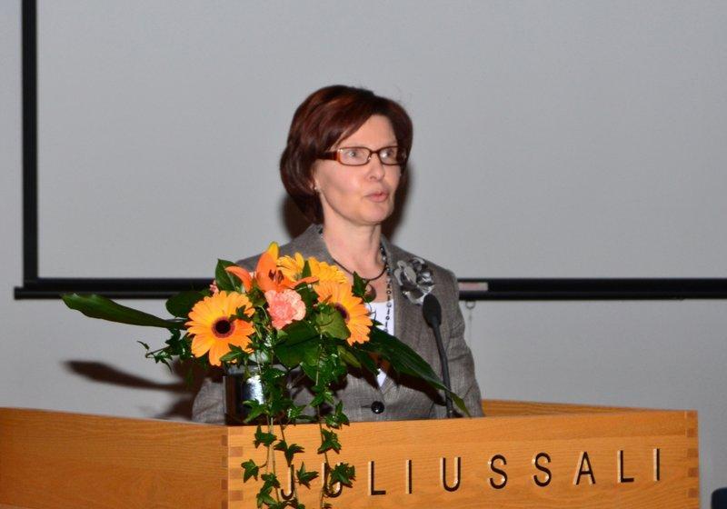 LYK:n rehtori Maarit Paldanius tervehtii osanottajia
