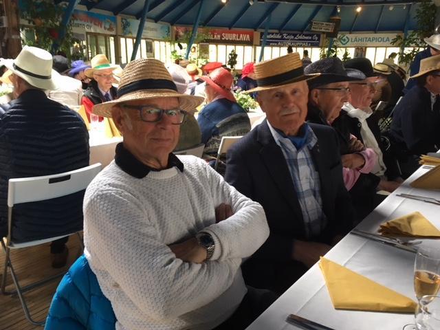 Hattujuhlassa komeat miehet hattuineen
