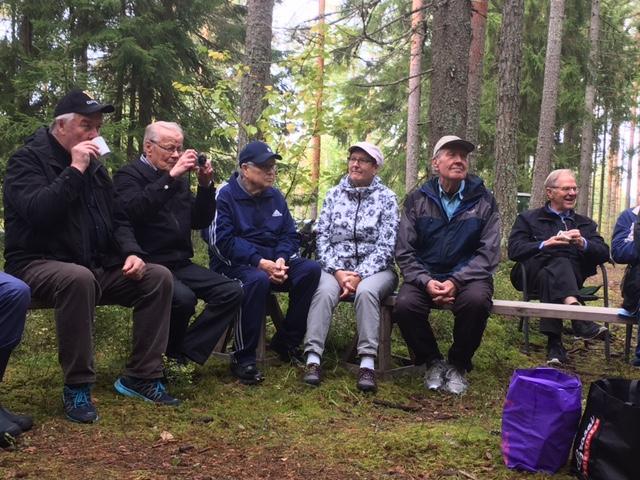 Syksyn 2017 toiminnan avasimme retkeilemällä jäsenemme Teuvo Jatilan metsässä.                          Kahvittelimme ja lauloimme maakuntalauluja.