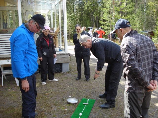 Muistikerho tekee ainakin kerran vuodessa retken. Tässä kerholaiset pelaavat jäsentemme Liisa ja Markku Simovaaran pihalla pienois-golfia.