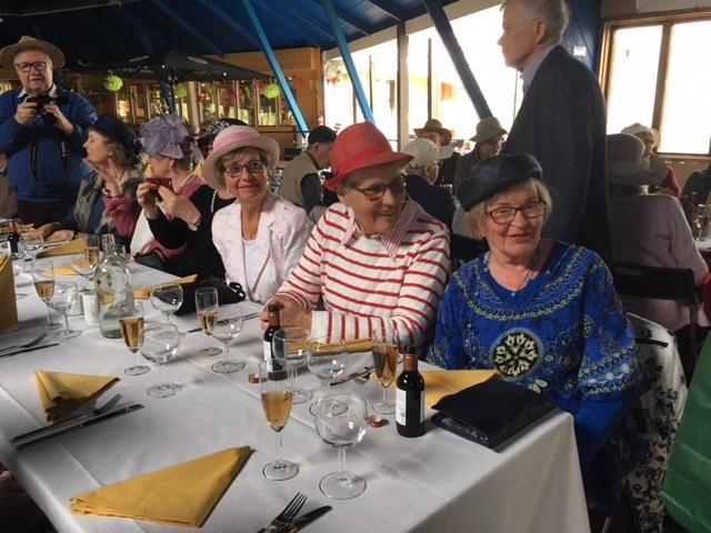 Hienot rouvat Hattujuhlassa