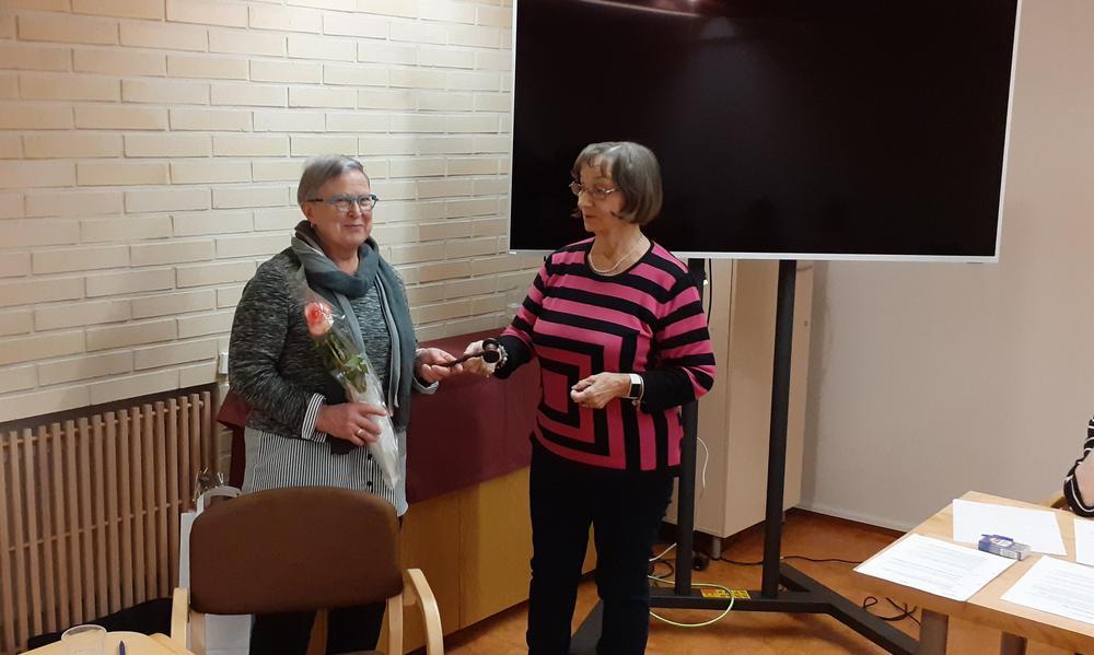 Pj Liisa Torniainen ottaa vastaan nuijan Anneli Lepältä.