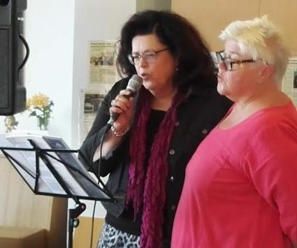 Kaija Pietilä ja Sastamalan Muistikahvilan emäntä Seija Kuukka esittivät yhdessä kauniin dueton.