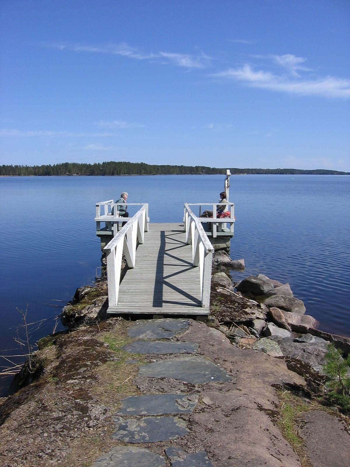 Kesäinen laiturinäkymä järvelle.
