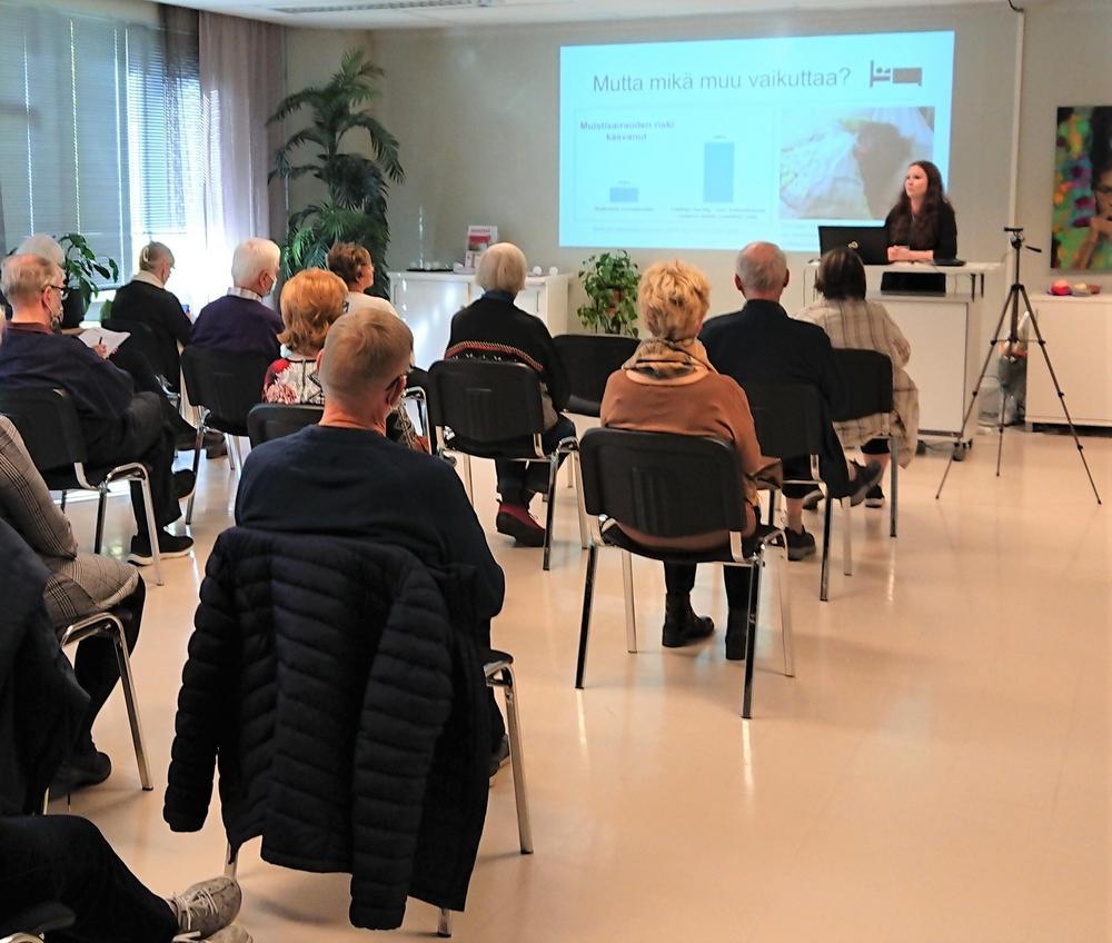 Professori Jenni Kulmala luennoimassa Alzheimer-päivän yleisölle.