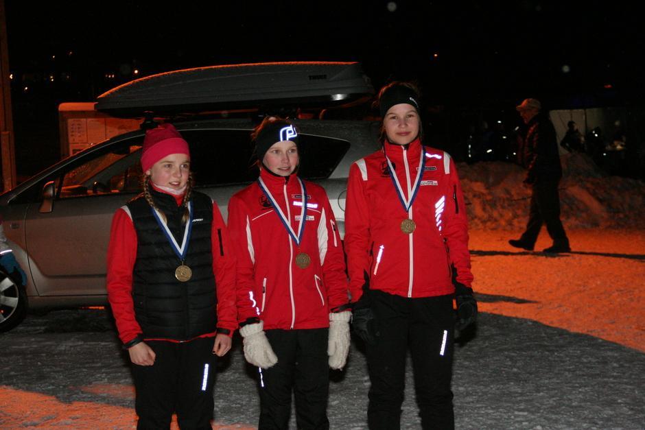 N14 hopeamitalistit: Sanni Räisänen, Viivi Kinnunen ja Anna Heikkilä