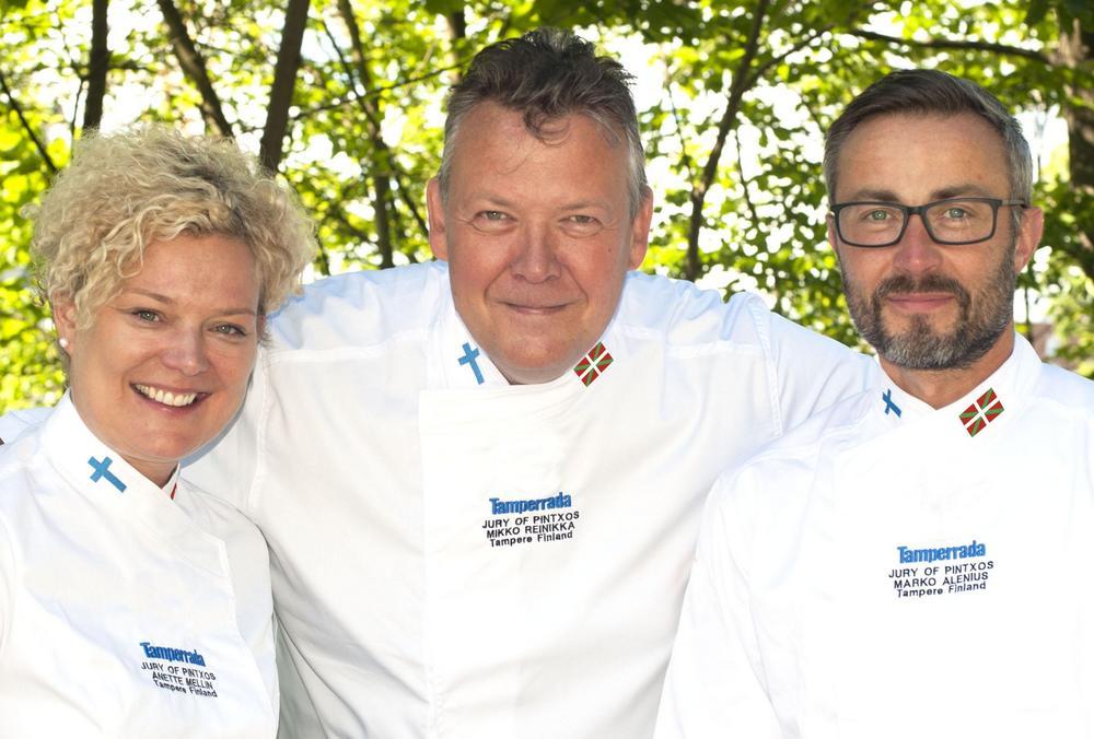 Pintxotuomaristona 2019 toimivat kilpailun perustaja Mikko Reinikka (kesk.) sekä keittiömestarit Anette Mellin ja Marko Alenius.