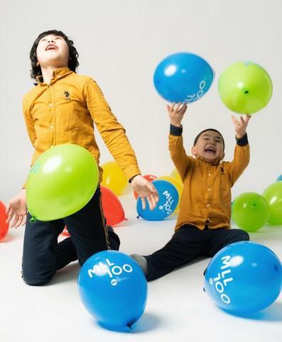 Lapset leikkivät ilmapalloilla.