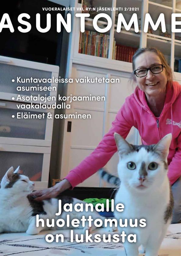 2/2021 Asuntomme-lehden kansikuva, jossa on hymyilevä nainen kahden kissan kanssa kotona.