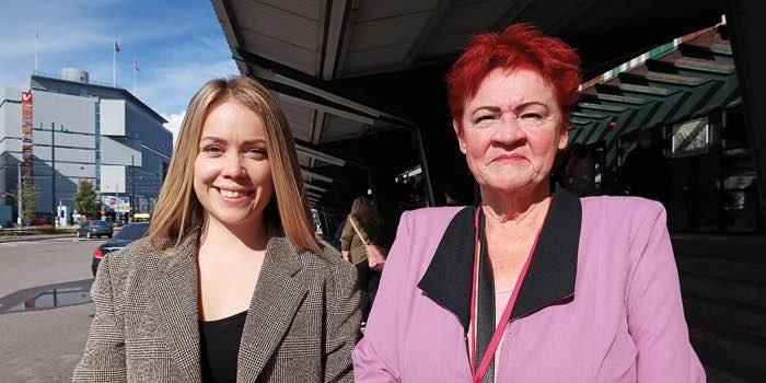 Malviina Peltonen ja Ilse-May Kindstedt hymyilemässä satamaterminaalin edustalla.