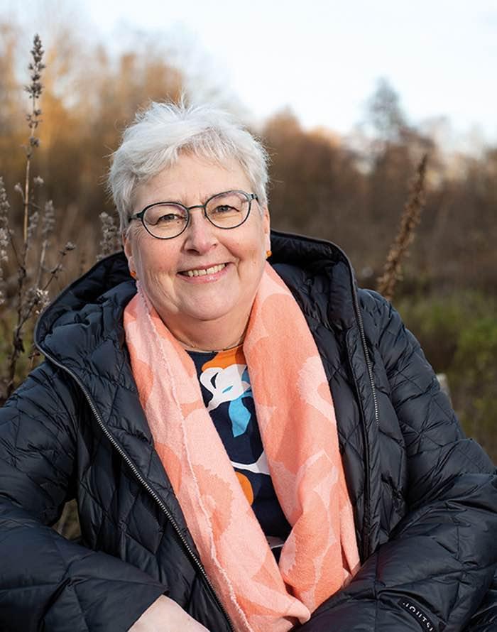 Anne Viita hymyilee ulkona toppatakki päällään.