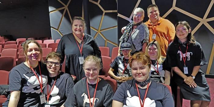 Kymmenen Vuokralaispäivien järjestelyyn osallistunutta henkilöä hymyilemässä  seminaaritilassa.