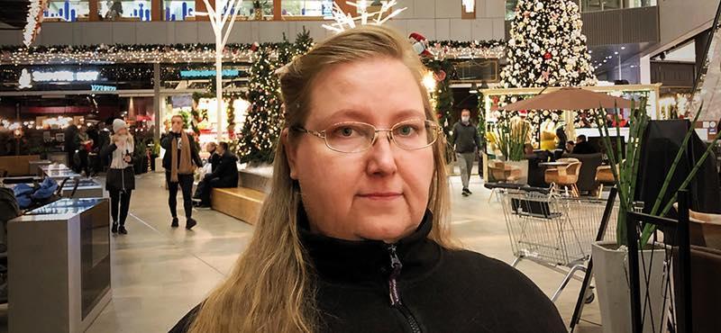 Mia Saaremaa seisomassa jouluisesti koristellun ostoskeskuksen aulassa.