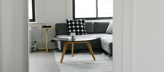 Kuva olohuoneesta, jossa harmaa sohvaryhmä