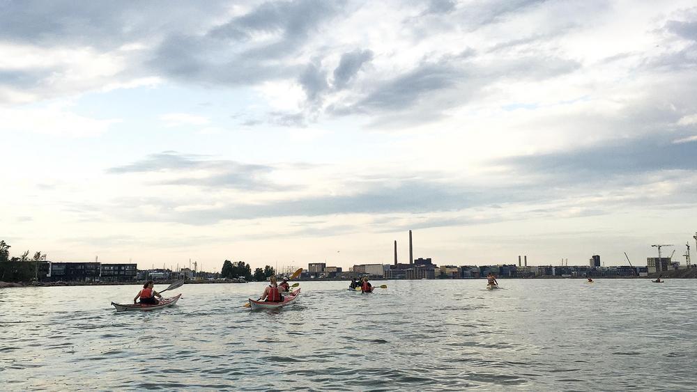 HeMeläisiä melomassa Lauttasaaren ympäri.