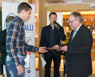 Urho Kujanpää vastaanotti Vuoden 2015 kehittyjä -palkinnon.