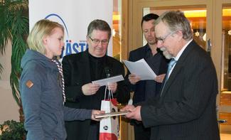 Minna Nikkanen vastaanotti Vuoden 2015 innostaja -palkinnon.