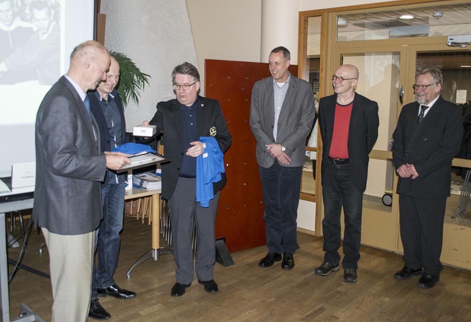 Kunniakerhon uudet jäsenet, vas. Risto Ankio ja Erkki Katajan postuumisti jaetun palkinnon noutanut Jukka Kataja yhdessä valintatoimikunnan edustajien kanssa.