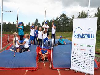 Seiväskoulun päätöskisassa oli oikein suuri joukko nuoria. Urheilijat saivat Seivästallin t-paidat ja lippikset palkinnoksi kesän uurastuksesta.