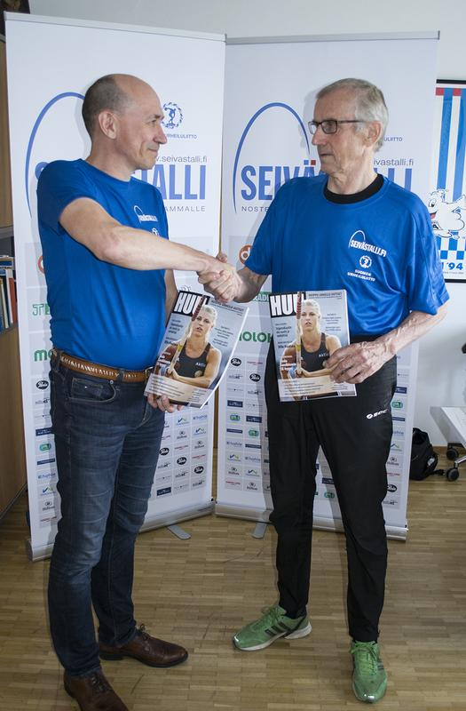 Sopimuksen allekirjoituksen kunniaksi päälle puettiin Seivästallin paidat kättelykuvaan.