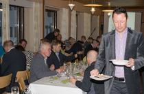 Illan juontaja Marko Terva-Aho keskittyneenä kalasopan kantoon.