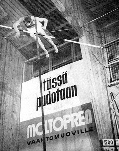 Pentti Nikula ylitti ensimmäisenä maailmassa seiväshypyssä 5 metriä.