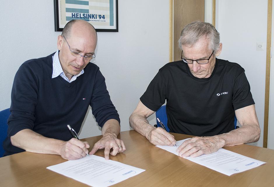 Yhteistyösopimuksen allekirjoittivat Suomen Urheiluliiton valmennusjohtaja Jorma Kemppainen ja Seivästalli ry:n puheenjohtaja Antti Kalliomäki.