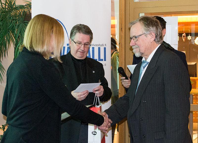 Sari Murto vastaanotti Wilman puolesta Vuoden 2015 innostaja -palkinnon.