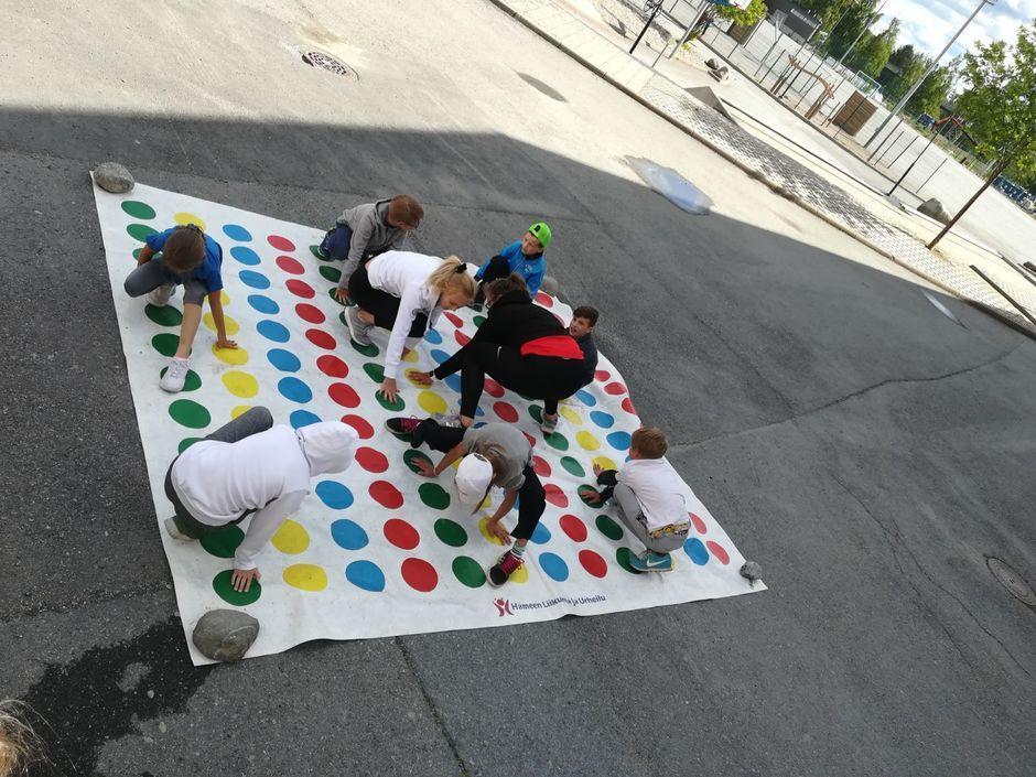 Nuoria pihalla pelaamassa Twisteriä.