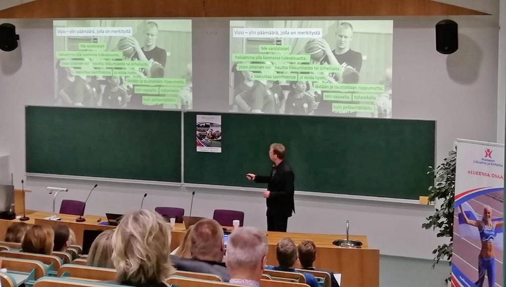 Varalan toimitusjohtaja Riku Granat puhumassa Urheilujohtamisen seminaarissa vuonna 2020.