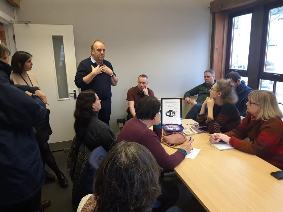 Kuvituskuva: Ihmisiä Aberfoylen Business Hubissa kuuntelemassa esittelyä.