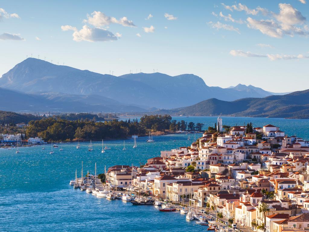 Kuvassa Poroksen saari, taloja, merta ja vuoria
