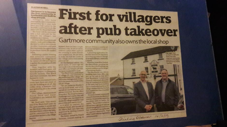 Kuvituskuva: Lehtileike, jossa kerrotaan kyläläisten ostaneen pubin.