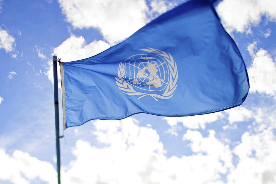 YK:n lippu liehuu lipputangossa.