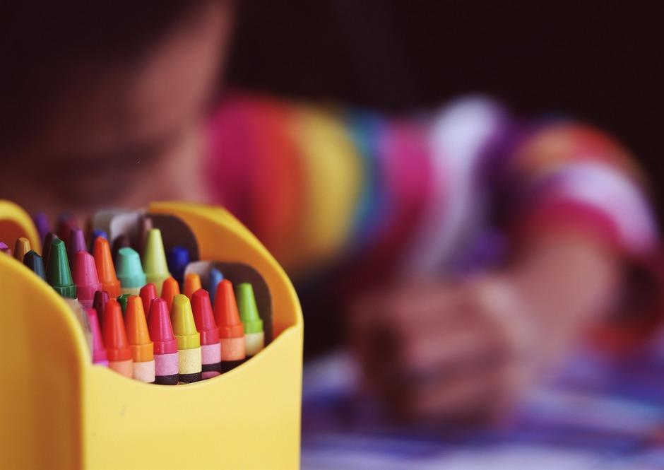 Lapsi piirtämässä (Pixabay -vapaa lisenssi).