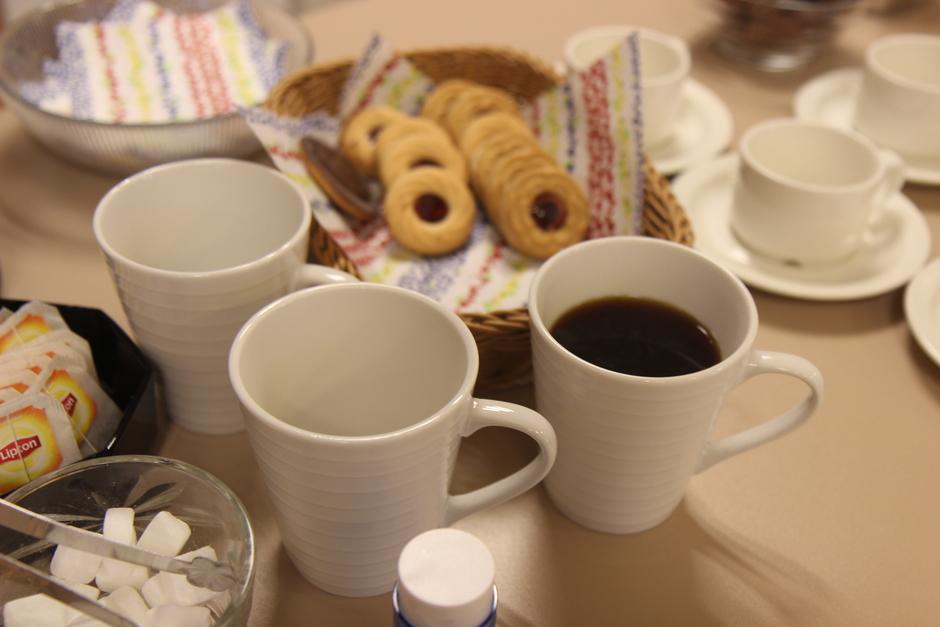 Kahvia ja herkkua tarjolla.