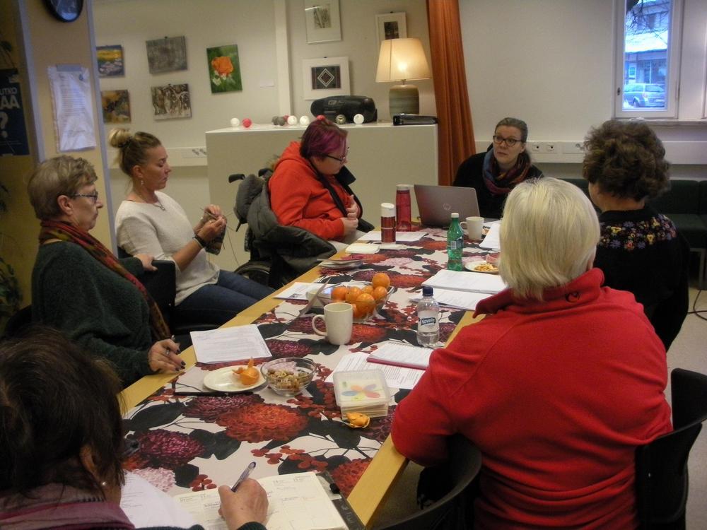 Vapaaehtoisjoukko suunnittelee vuoden 2020 Esteettömyyspäivää innokkaasti.
