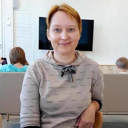 Tunnetaito- ja mindfullness-ohjaaja Heli Mäkelä.