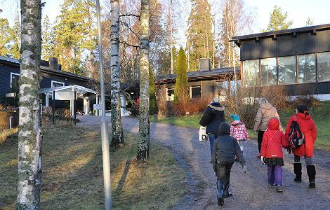 Perheet kävelevät Koulutuskeskus Sopukkaan.