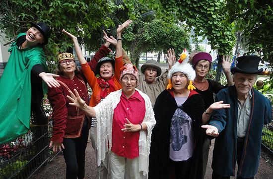 Mummilan vapaaehtoisten Teatteriryhmä Teatteri Tuulahdus hassuissa pukineissa.