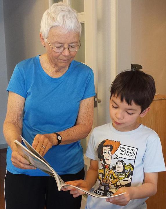 Mummi ja lapsi selaavat kirjaa.