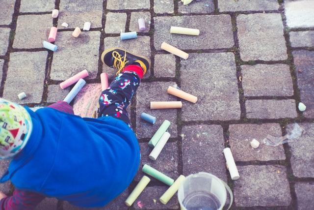 Lapsi leikkii pihalla.