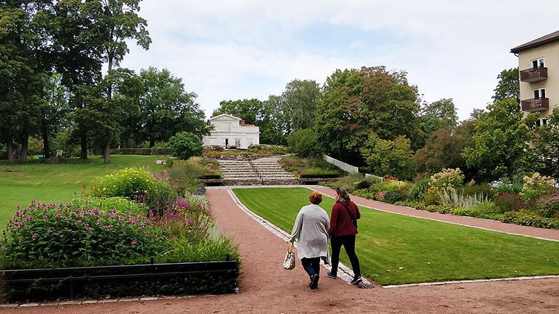 Kaksi naista kävelee Annalan kartanoa kohti.