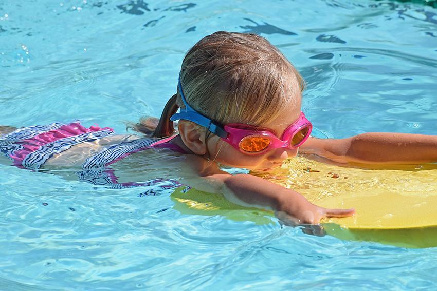 Lapsi ui uimalaudan avulla.
