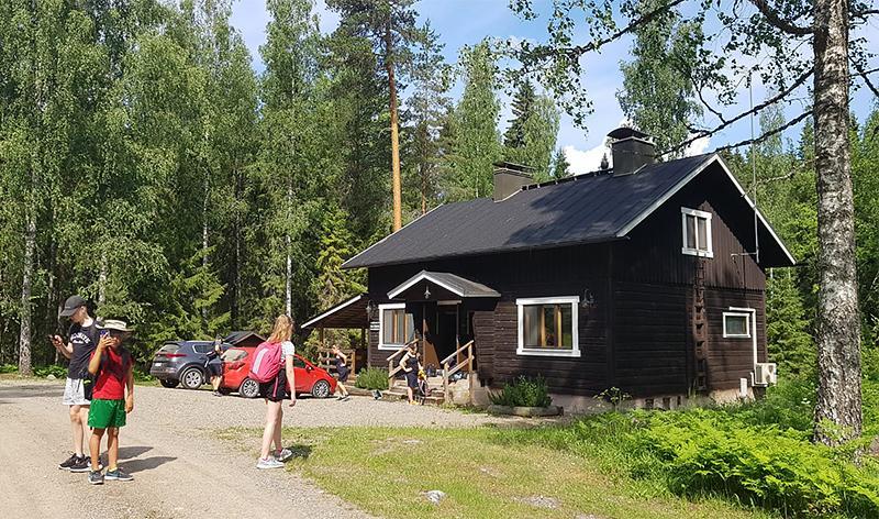 Kuva talosta Evon vaellusleiriltä 2020.
