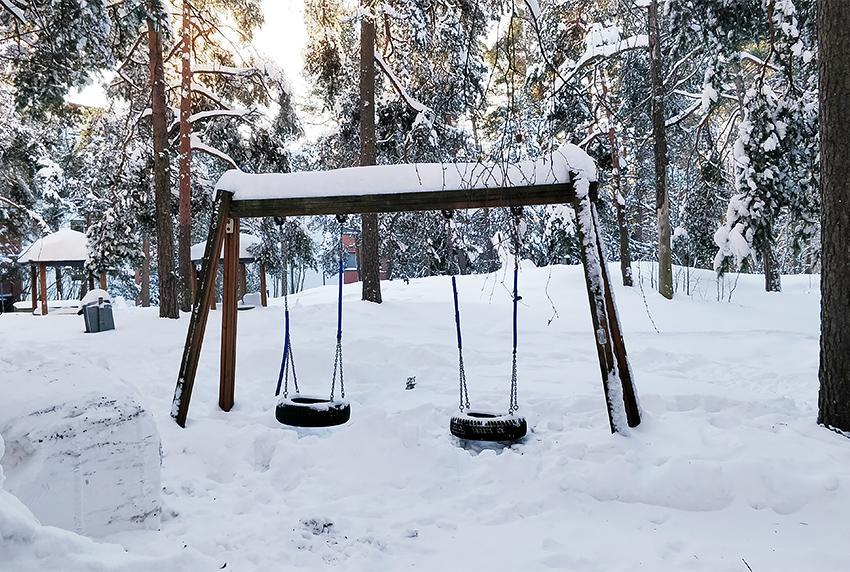 Keinu lumisessa maisemassa.