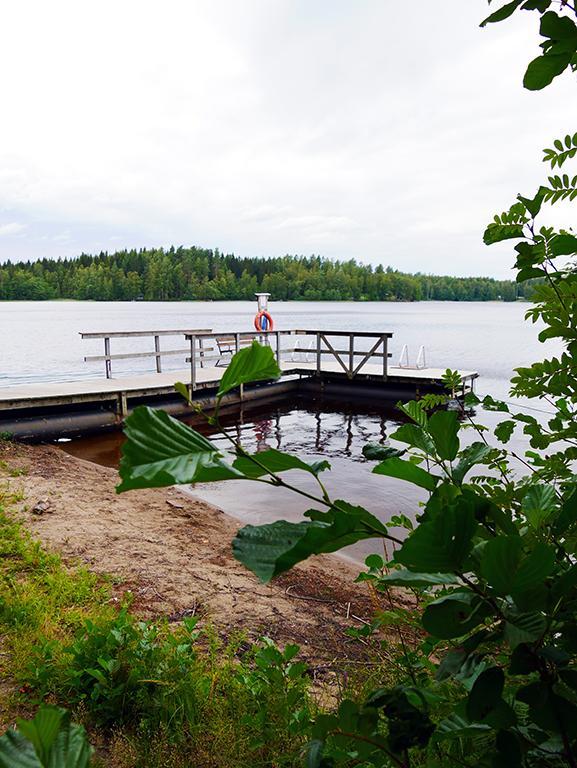 Laituri tyynellä järvellä.