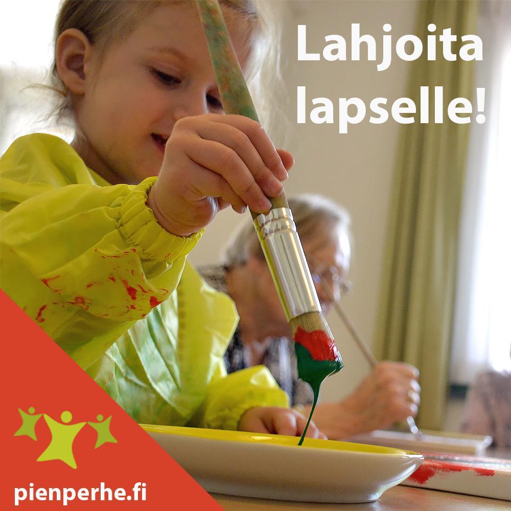 Kuvassa pieni tyttö maalaa. Taustalla on mummi. Lahjoita lapselle. Pienperhe.fi
