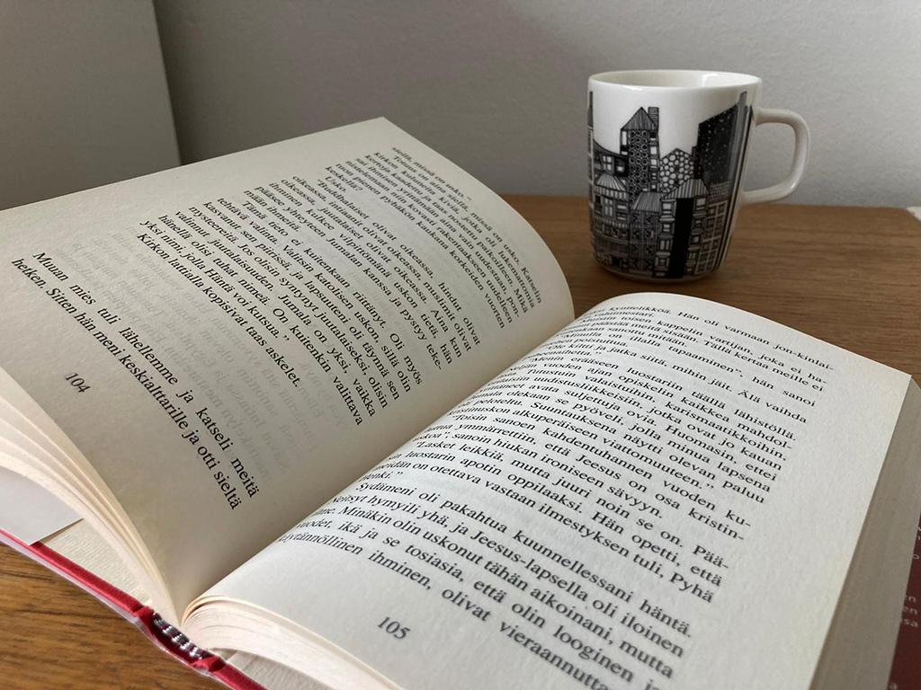 Kirja ja kahvikuppi.
